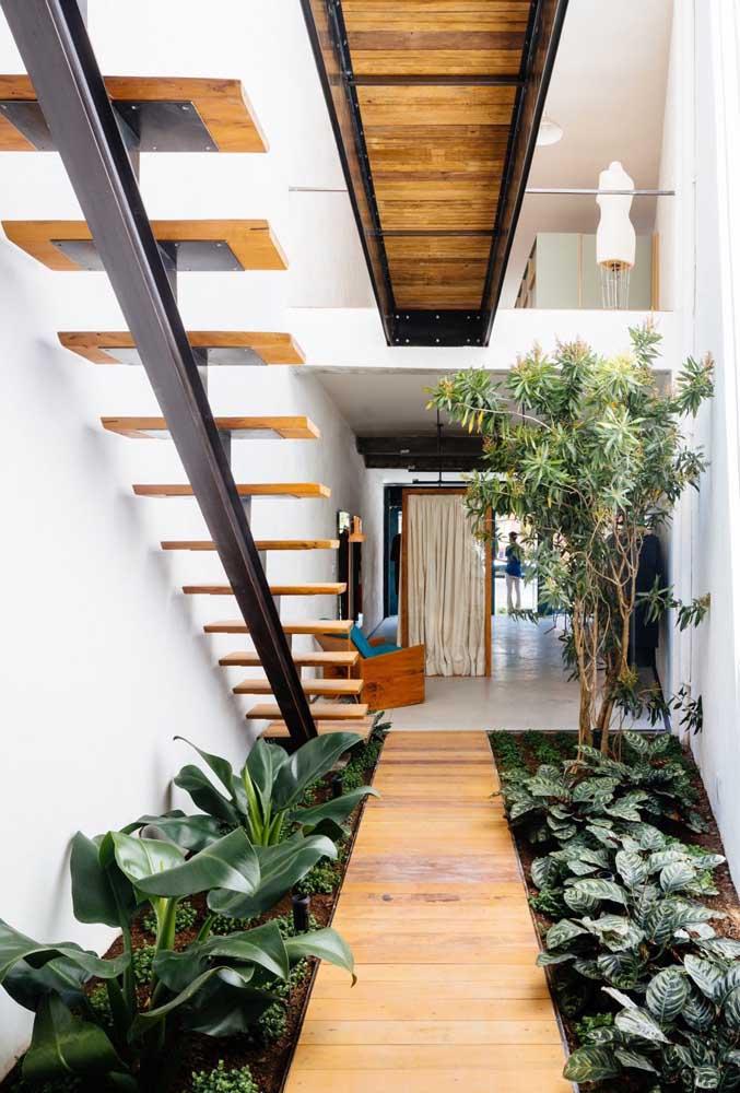 Use a área debaixo da escada para fazer um cantinho especial para sua casa.