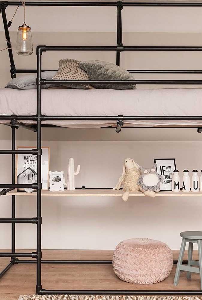 Deixe seu filho dormindo na parte de cima e aproveite a parte debaixo para organizar a pequena bagunça dele.