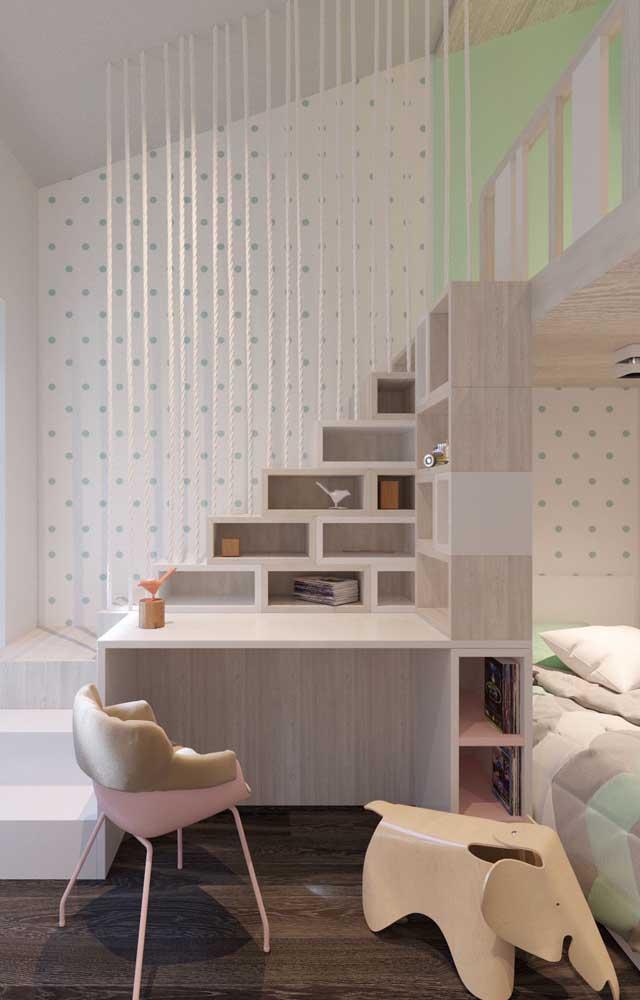 Transforme os degraus da escada do beliche em nichos para organizar os pertences dos pequenos. É possível também providenciar uma mesa de estudos no mesmo espaço.