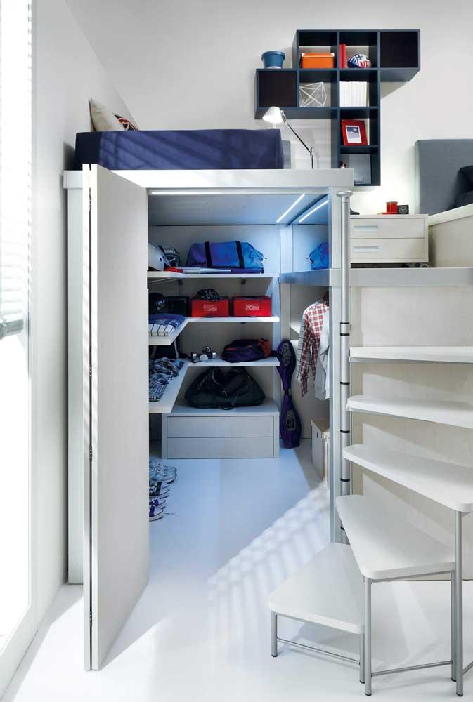 Coloque a cama no alto e na parte debaixo faça um pequeno armário para guardar os materiais do seu filho.