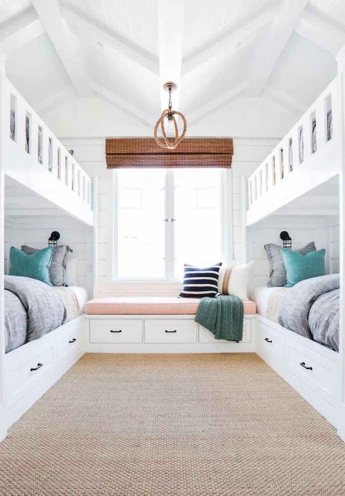 Se você tem quatro filhos ou costuma sempre receber visitas, invista em beliches e organize-os de forma paralela dentro do quarto.