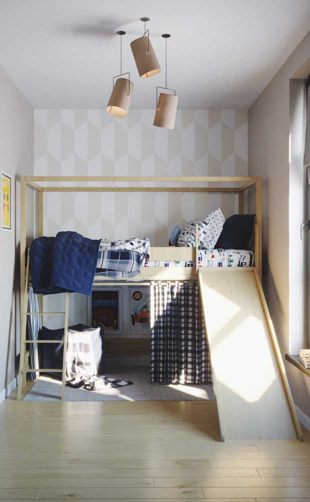 Que tal deixar o quarto do seu filho mais divertido? Coloque a cama na parte de cima e na parte debaixo faça um pequeno esconderijo. Para descer, a criança tem a opção da escada e do escorrega.
