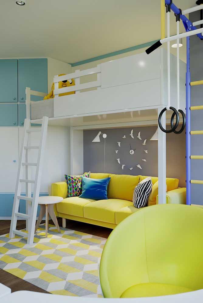 Se tiver espaço, decore a área por baixo da cama como se fosse uma sala de estar.