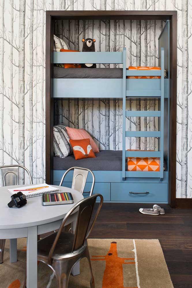 O que você acha de fazer um beliche embutido na parede? Dessa forma, o quarto mais espaçoso para as crianças brincarem.