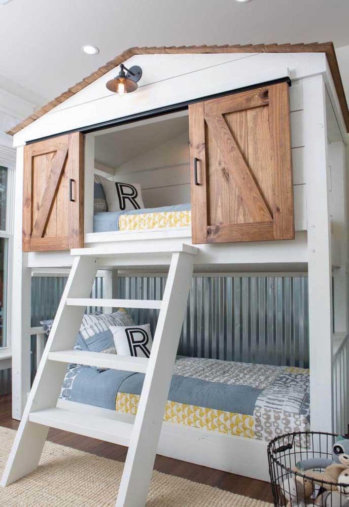 A cama superior pode ser feita no formato de casinha. Que tal?