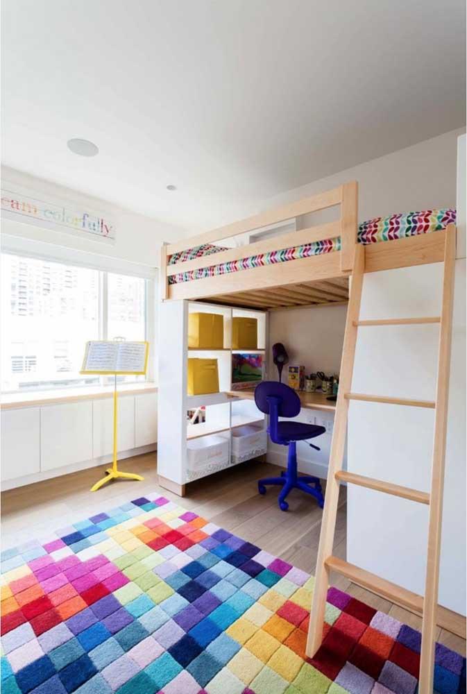 O beliche combinado com a mesa de estudo não precisa de uma decoração tão séria. Por isso, aposte nos detalhes coloridos para deixar o ambiente mais animado.