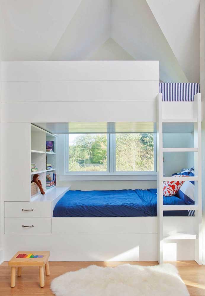 Divida a cama com os nichos para organizar os pertences das crianças.