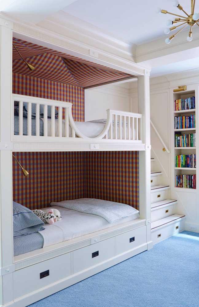 Faça uma bela decoração interna no beliche, revestindo-o com tecidos de estampas de sua preferência.