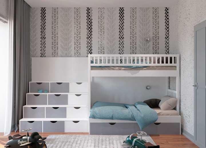 Aproveite a escada do beliche para servir como armário para as crianças. A combinação de móvel prático e funcional é perfeita nessa situação.
