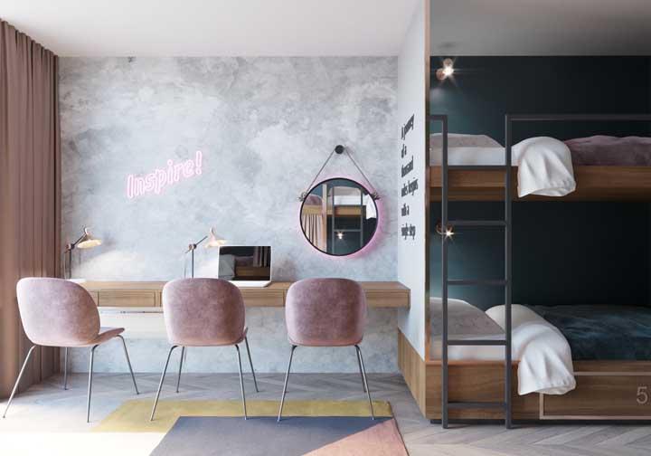 Se a intenção é fazer um quarto mais sofisticado, mesmo usando beliche, basta apostar em móveis mais requintados.