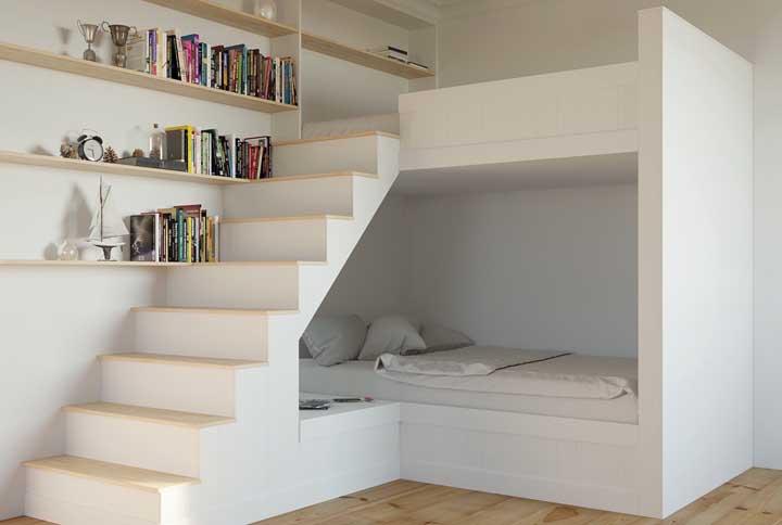 As prateleiras podem seguir a mesma linha da escada para deixar o espaço mais compacto. Esse modelo de escada permite que o espaço da cama inferior fique mais amplo.