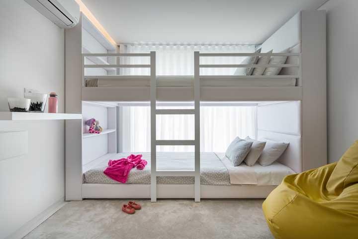 Use um modelo de beliche que ocupe o espaço todo do quarto, deixando a cama mais espaçosa e confortável.