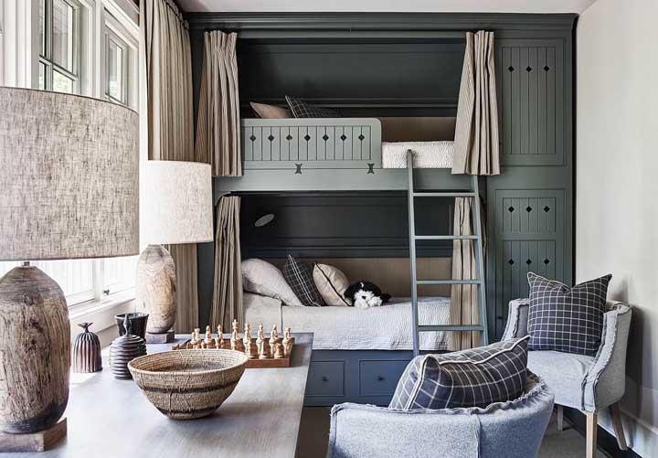 Aposte em um beliche com armário na lateral para cada criança. Aproveite para individualizar o espaço com cortina e iluminação.