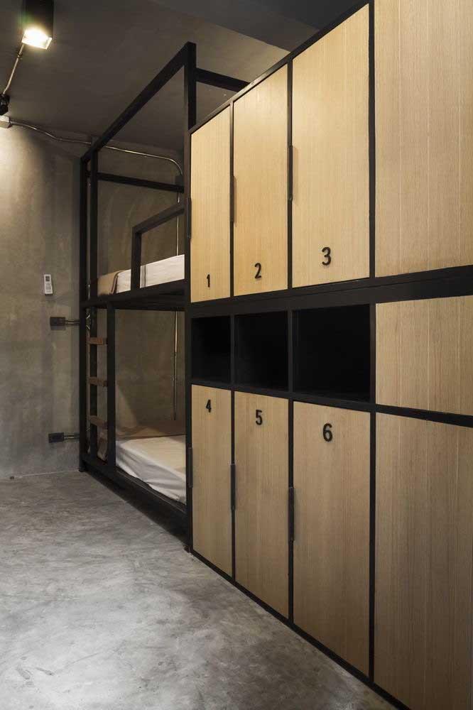 Nesse modelo de beliche, a estrutura é feita de ferro e é possível anexar alguns armários.