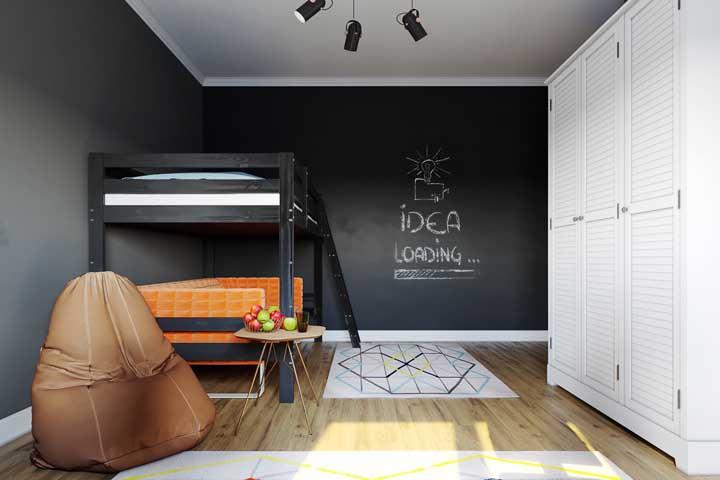A cor escolhida para o beliche combina perfeitamente com a pintura de quadro negro da parede. As crianças podem aproveitar o quadro negro para usar a criatividade com desenhos, pinturas, mensagens e anotações.