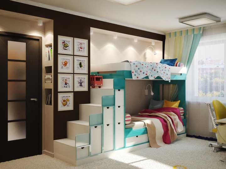 Tudo pode ser aproveitado nesse modelo de beliche. Desde os degraus da escada até o espaço por baixo da cama.
