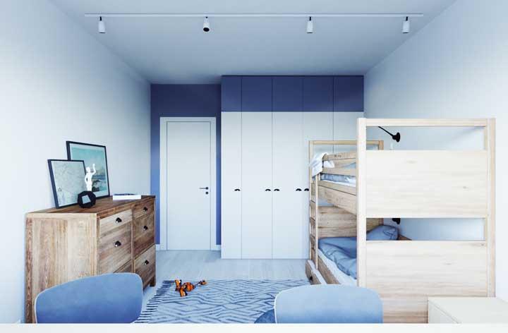 Faça uma combinação entre o beliche e a penteadeira. Para isso, aposte em móveis feitos de madeira.