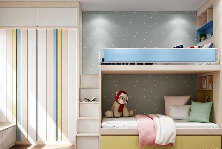 A cabeceira do beliche pode ser usada para colocar alguns objetos de decoração do quarto, livros e até mesmo brinquedos.