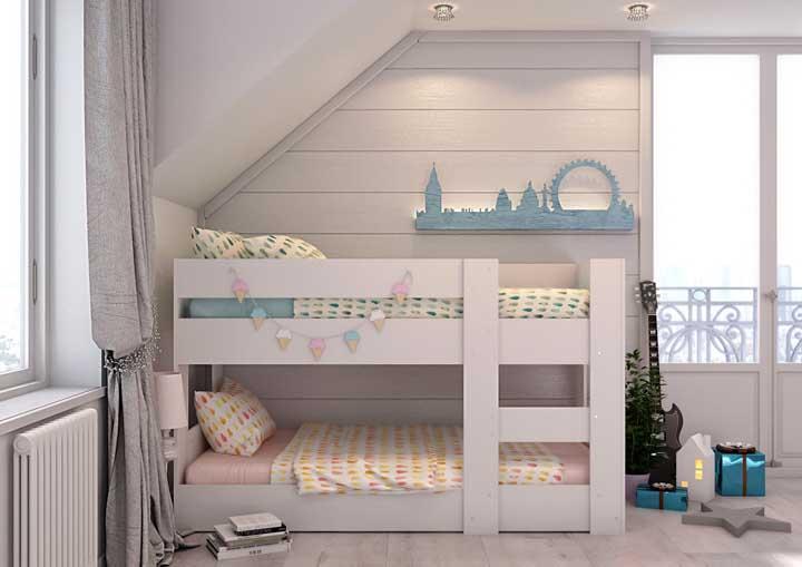 Que tal montar um beliche com uma parede no formato de casa?