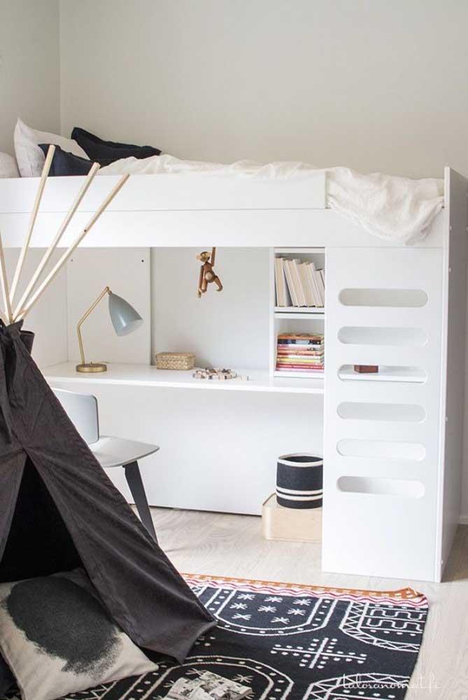 A mesa de estudo pode ser feita embaixo da cama do beliche. O modelo é prático e você acaba tendo mais espaço no quarto.