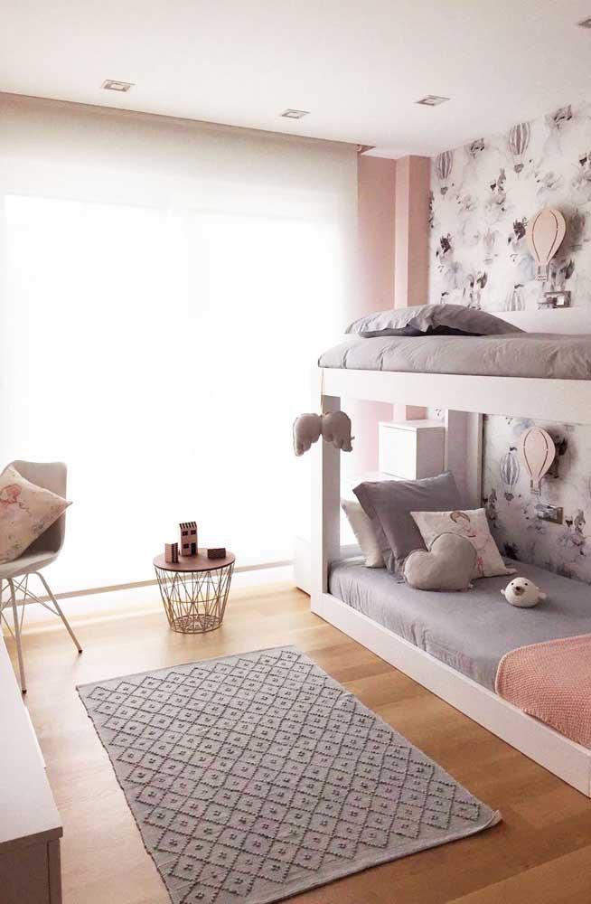 O modelo de beliche pode até ser simples, até porque a cama inferior fica encostada no chão, mas o estilo despojado pode combinar muito mais com as crianças.