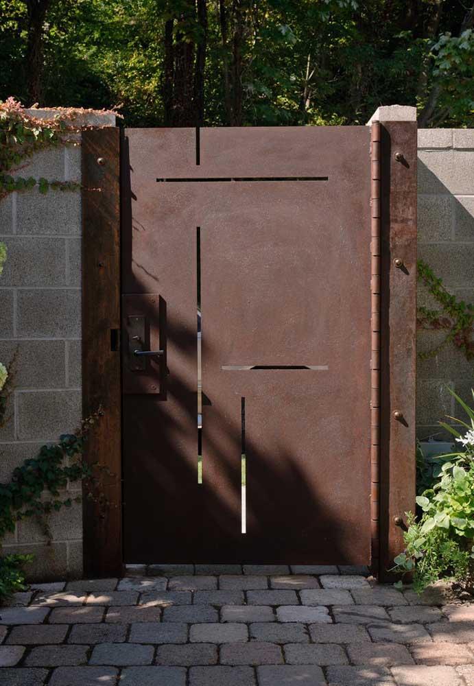 Fugindo um pouco do tradicional, esse portão de placa única apostou em linhas vazadas para se diferenciar