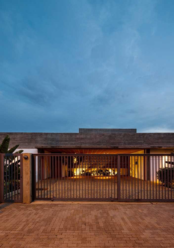 O portão vazado não esconde a fachada da casa