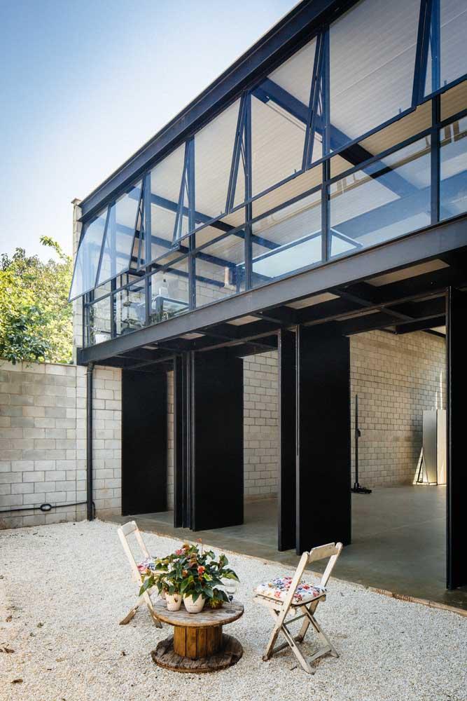 Os portões dobráveis assumem uma aparência moderna nessa casa