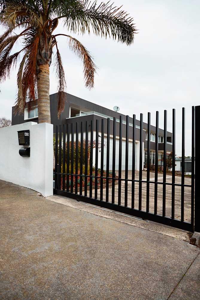 Os modelos de portão de correr não ocupam espaço interno, mas precisam de uma parede livre para deslizar