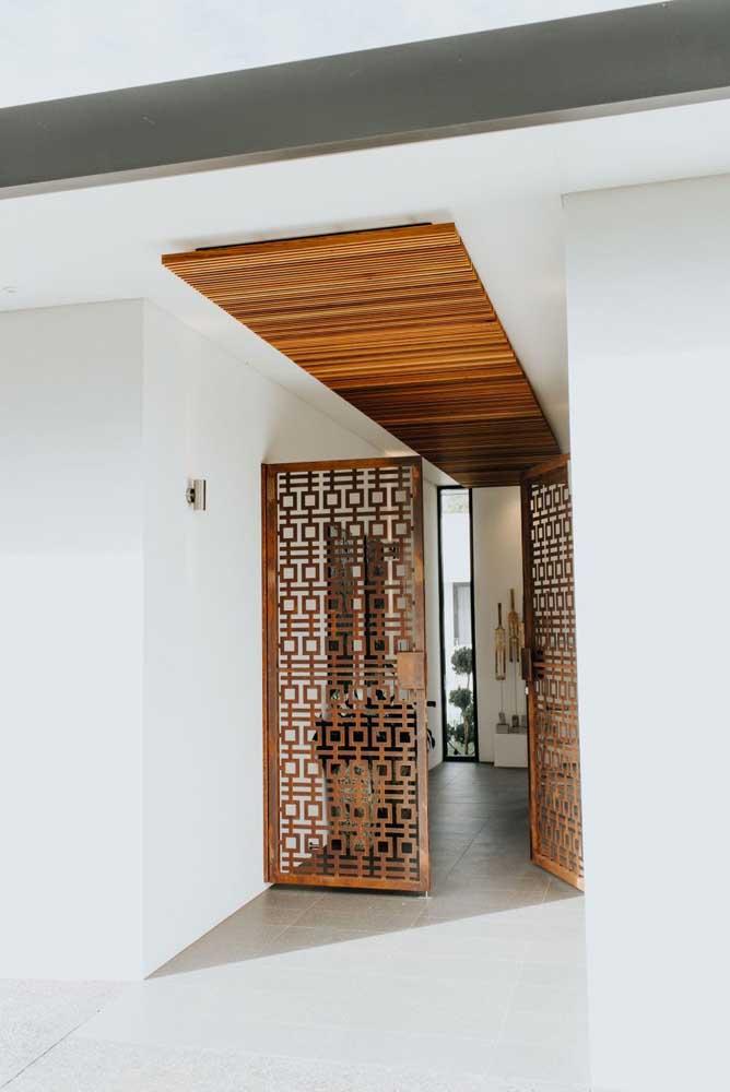Um portão especial, todo desenhado, para valorizar o acesso ao hall de entrada