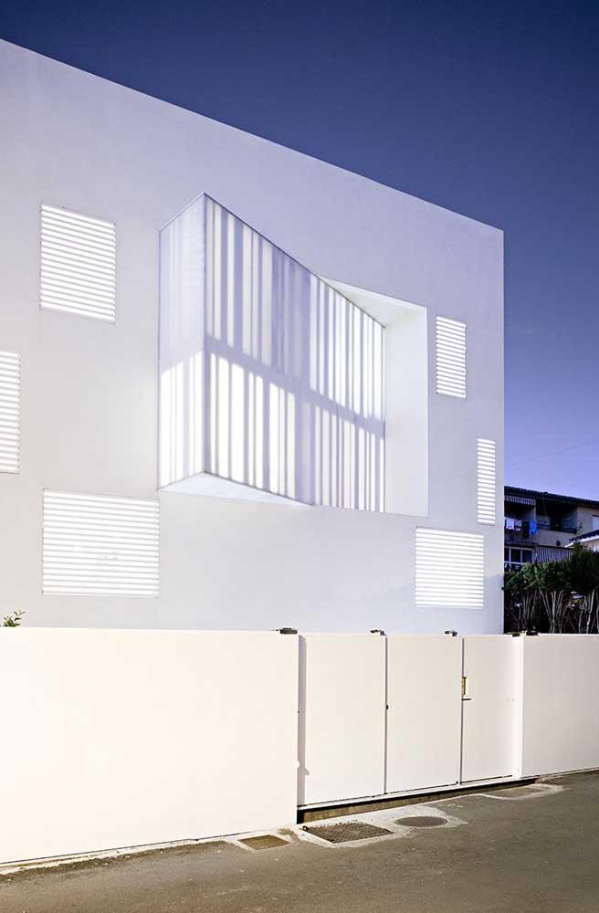 Branco nas paredes, no muro e no portão