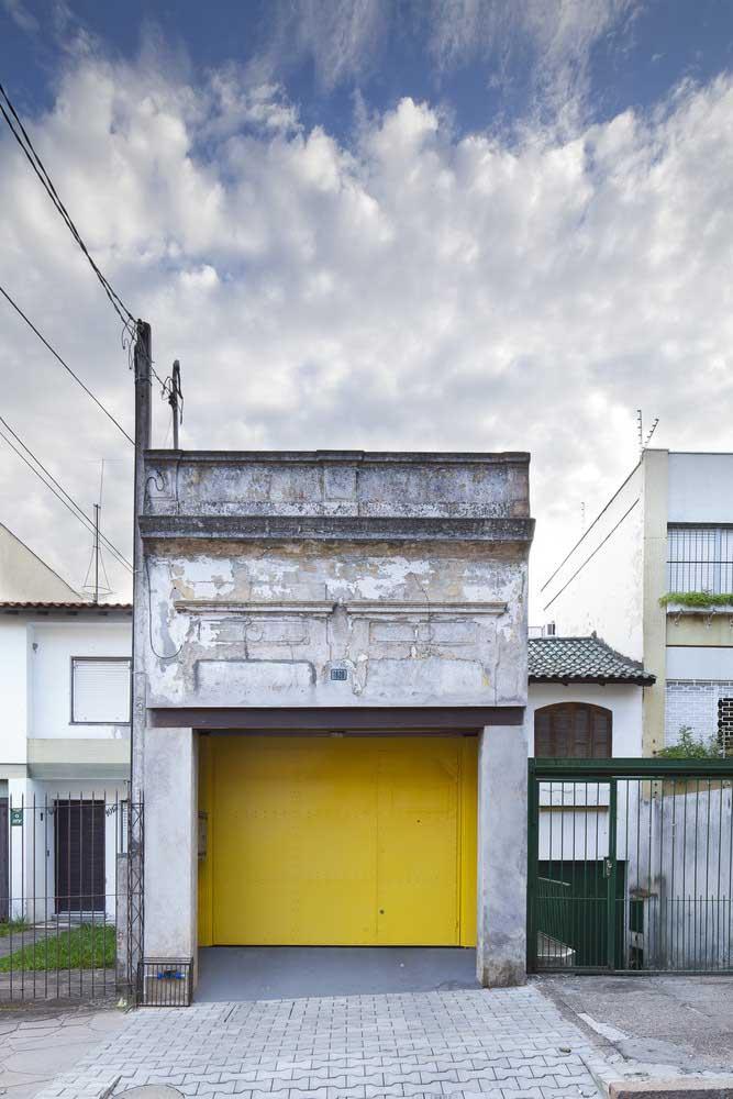 Um pouco de amarelo para trazer vida e ânimo à fachada antiga e marcada pelo tempo