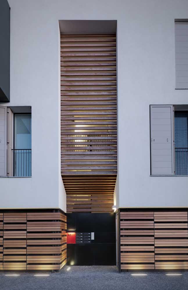 A luz garante um charme extra para o portão de madeira