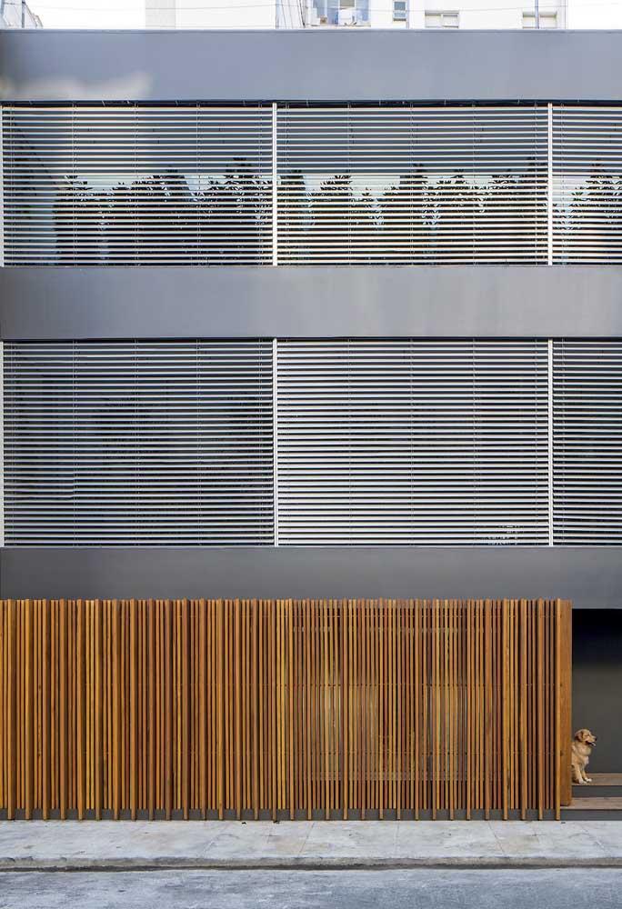 Mas repare que a mistura de materiais, como a madeira e o aço, também criam uma fachada incrível