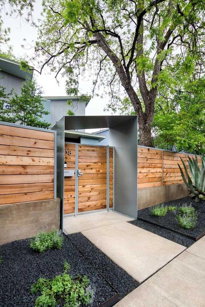 Moderna e rústica, essa fachada apostou no toque natural da madeira acompanhada da beleza contemporânea do aço