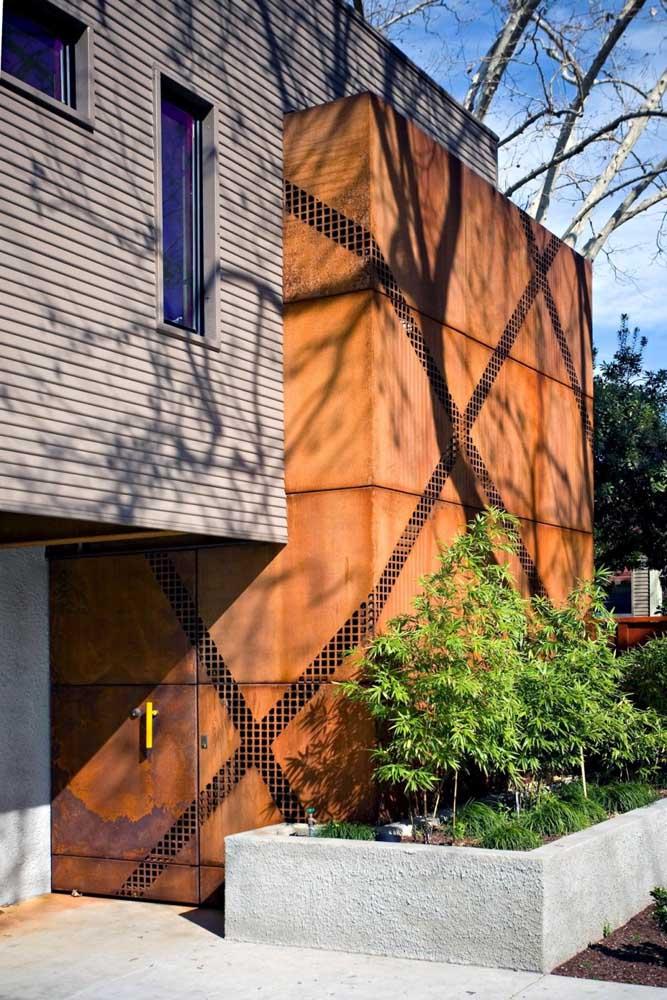 O aço corten é a estrela dessa fachada; o material foi o escolhido para o portão e para o revestimento da parede