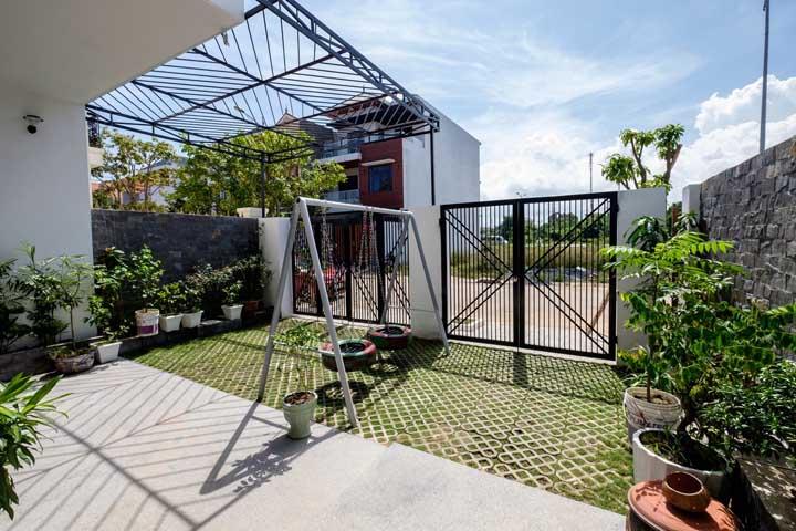 Pode não parecer, mas uma casa com portão vazado é muito mais segura do que uma casa com portão completamente fechado