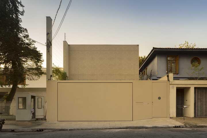 Tudo na mesma cor nessa fachada moderna e minimalista