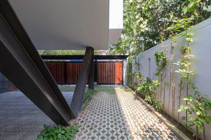 Combine madeira e aço no portão para obter uma fachada elegante e moderna