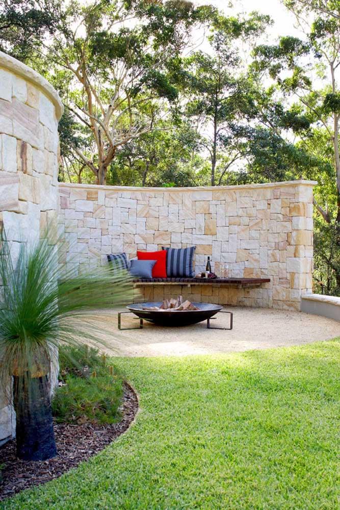A casa com muro arredondado de pedras ganhou um visual parecido com o das construções medievais