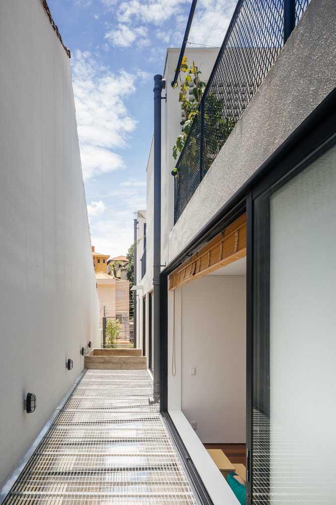 O muro alto dessa casa traz uma iluminação própria na parte interna inferior