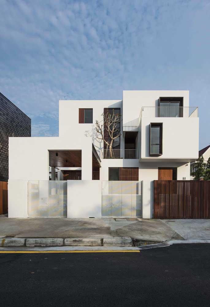 Vidro, alvenaria e madeira: três materiais para um único muro