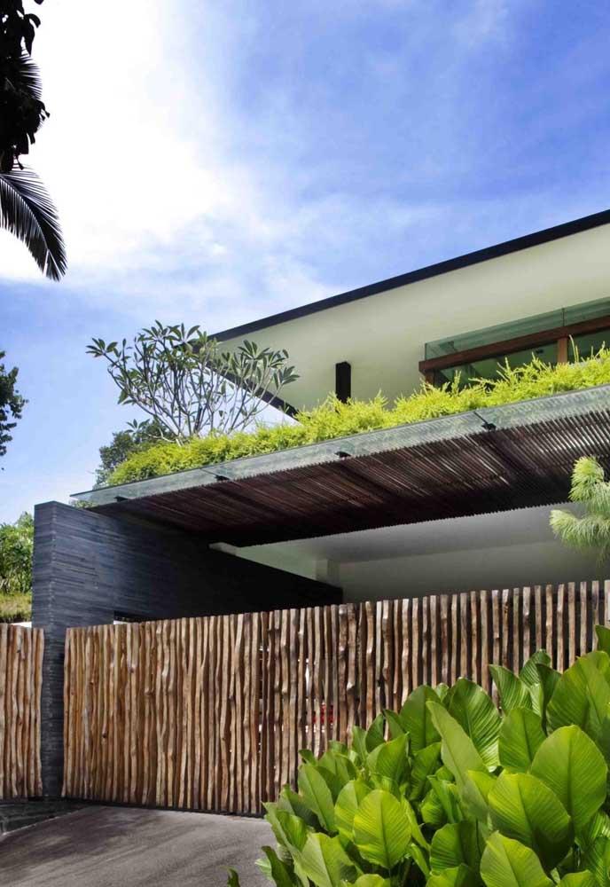 E para quem prefere um visual mais rústico para a fachada pode usar ripas brutas e irregulares de madeira instaladas de modo espaçado