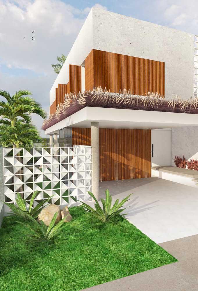 Muro baixo, vazado e construído em aço: para cada casa, uma necessidade e realidade diferente
