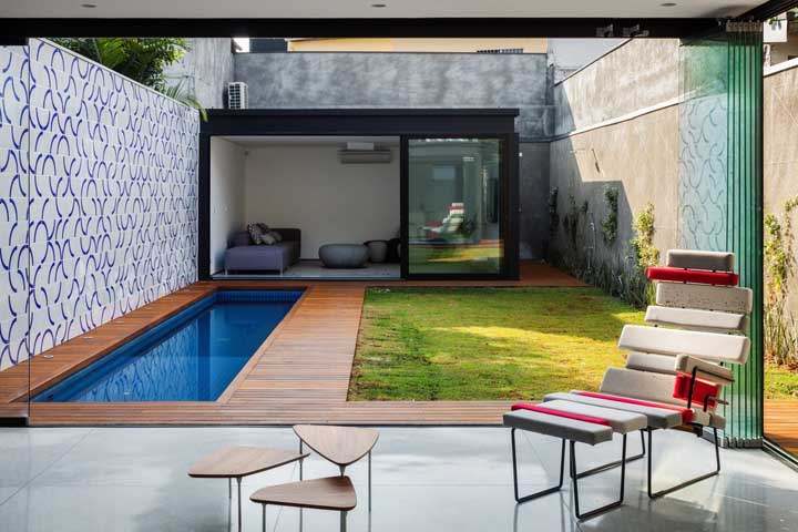 Outra opção interessante para o muro, especialmente para dar acabamento na área interna, é usar azulejos como forma de revestimento