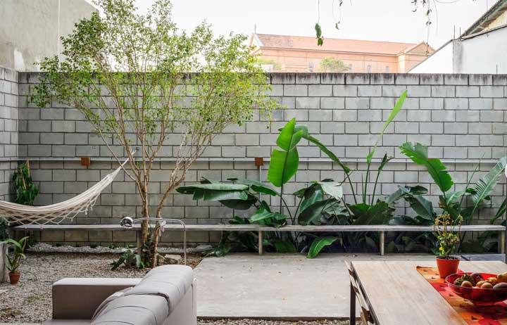 """Pra quê reboco se você pode deixar o muro de tijolos de concreto ao """"natural""""? Olha que opção bonita e econômica"""