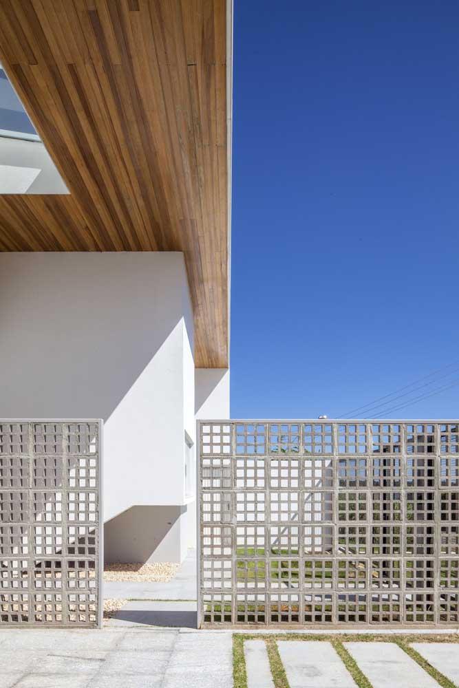 Os cobogos que formam o muro permitem que a parte interna da casa continue a receber luz e ventilação