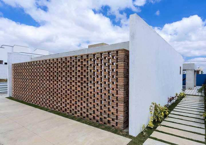 Criatividade até na hora de construir o muro: esse aqui usou tijolinhos para criar a aparência vazada dos cobogos