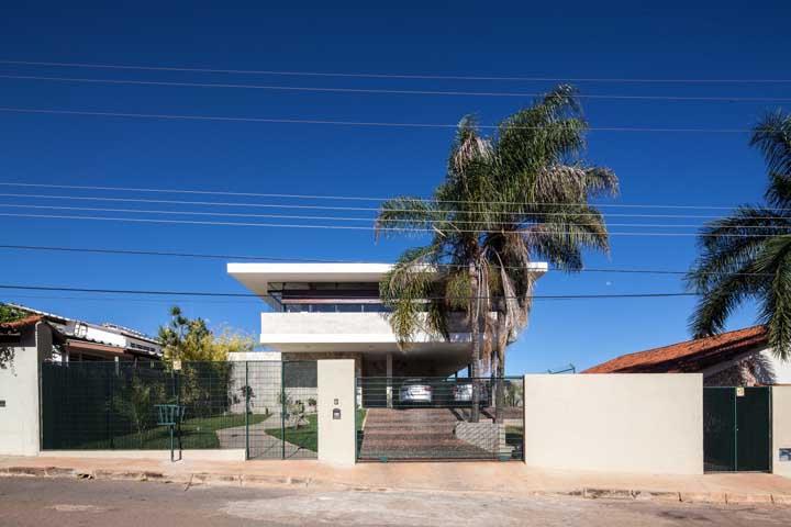 Muro branco e grade verde: combine as cores e os materiais da entrada da casa