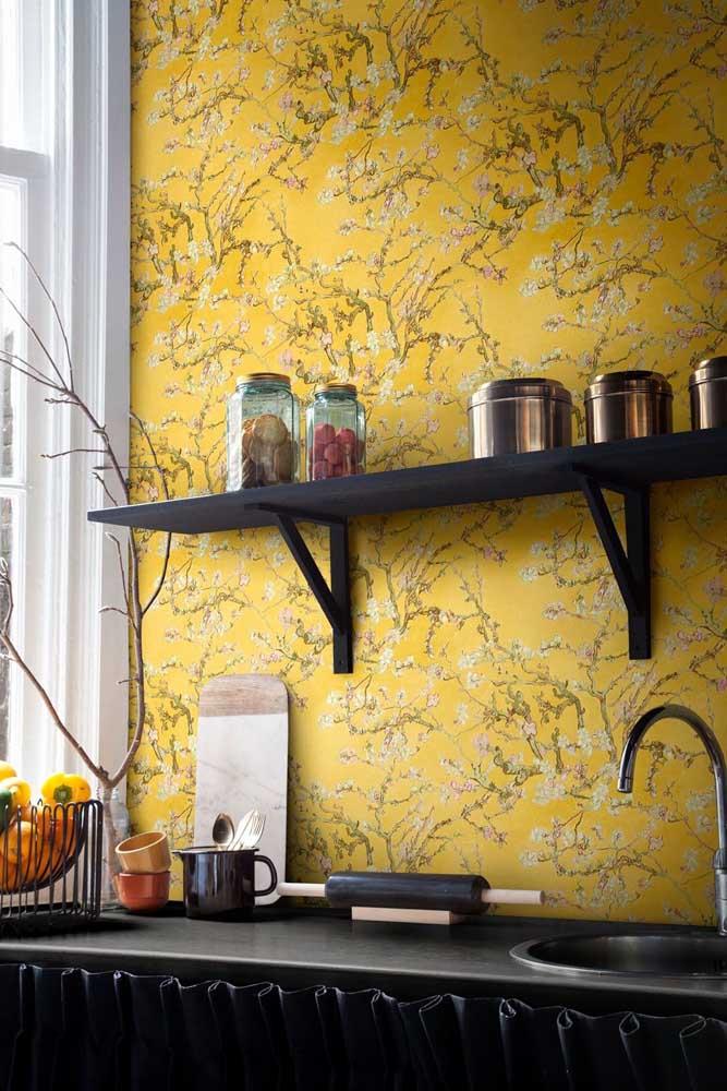 Muitas pessoas têm medo de usar a cor amarela na decoração, mas esse papel de parede está aí para mostrar que é possível fazer uma bela decoração com essa cor.